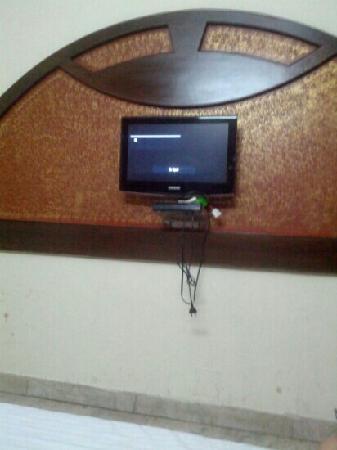 Hotel Gold Regency: 大床房有电视机