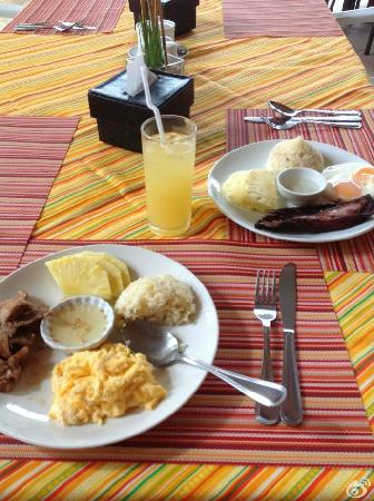 Microtel Inn & Suites by Wyndham Boracay: 早餐