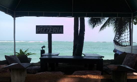 Tartaruga Hotel & Beach Restaurant: 餐厅靠海的躺椅很惬意