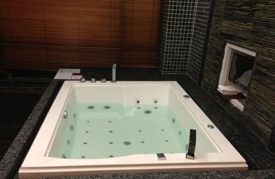 Zilongwan Hot Spring International Hotel: 浴缸