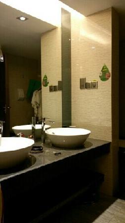 Shengshi Qianhe Hotel : 酒店洗漱间之一