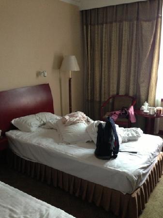 Huacheng Hotel: 睡过一晚之后:)