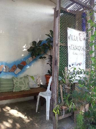 Coron Villa Hermosa: 花园里的休息长椅