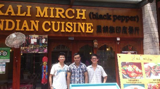 kali mirch(black pepper)indian cuisine : 中间那位是厨师