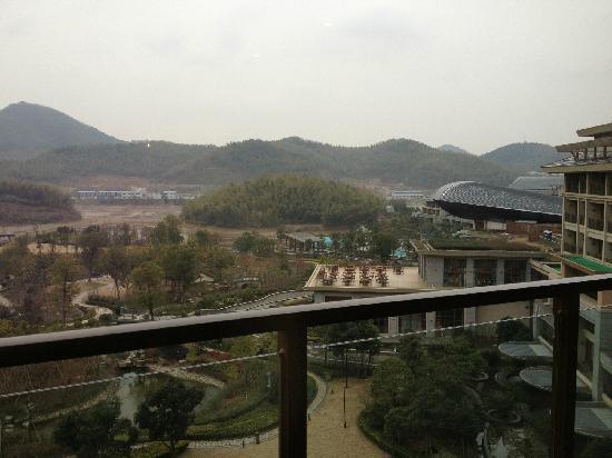 New Century Resort Jiu Long Lake Ningbo: 虽然水干了,但是景色还是可以的