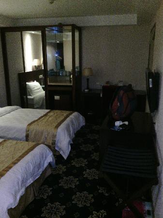 Mingyuan Hotel: 房间内景,空间不算大