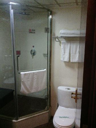 Mingyuan Hotel: 淋浴间,花洒水量充足,很舒服