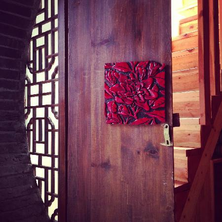 Lijiang Nalan Hostel : door to our lovely room