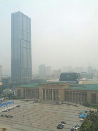 Shijiazhuang International Building Hotel: 窗外的景色 省博物馆和希尔顿就在朦胧中