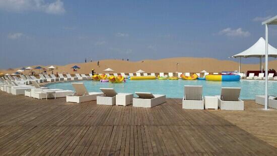 Whistling Dune Bay Tourist Scienc Spot: 响沙湾的游泳池