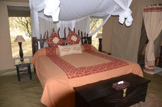 Mara Crossings Camp: bed