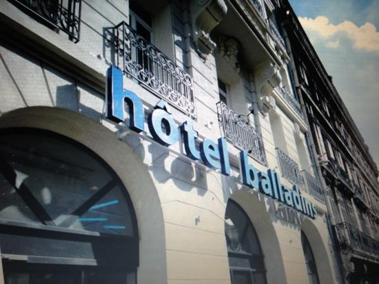 Hotel balladins Marseille Gare: 酒店门口