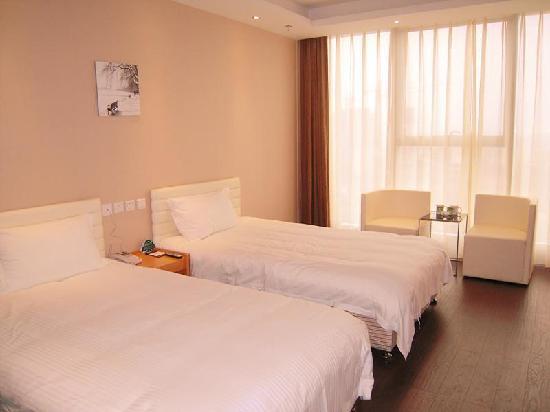 GreenTree Inn Qian'an Caifu Center Business Hotel: 客房