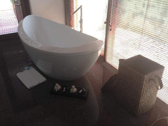 Kayumanis Nanjing Private Villa & Spa: 浴缸旁边有浴盐不过我没用过