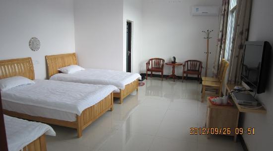 Jufuxuan Hostel: 1200*2000床三张、免费无线网、格力冷暖空调、平板液晶电视、独立卫生间、原木家具茶几、(空气能)24小时热水淋浴