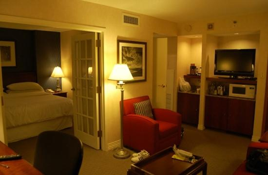 Sheraton Suites Old Town Alexandria: 套房的客厅和卧室,以及简单厨房设施