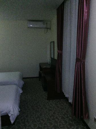 Airport Pearl Hotel: 站在门口看房内