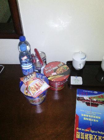 Airport Pearl Hotel: 小商品区,方便面8元,纯净水3元!