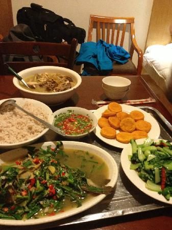 Yunti Hotel: 走累了实在不想动后,在酒店点的饭菜,鸡,鱼,青菜,米粉,点心等等~觉得两个人吃撑也就120+,酒店还帮送到房间,真心好~