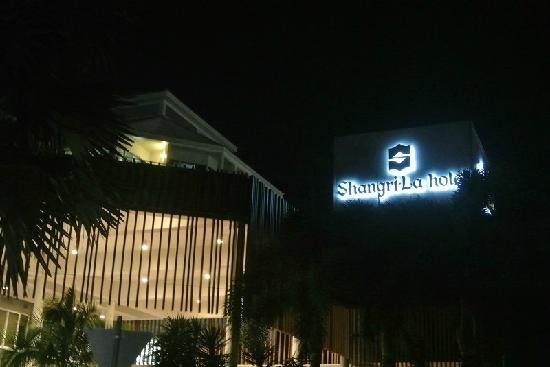 Shangri-La Hotel, The Marina, Cairns: waixing