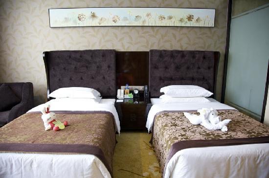 All Seasons Hotel: 我们的床~~
