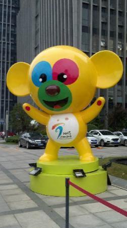 Hilton Nanjing: 在亚青会期间南京万达希尔顿酒店门口的吉祥物