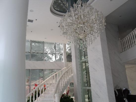 Victoria Hotel : 大堂吊灯
