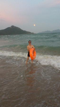 Xichong Beach: 才玩了一会月亮就出来了