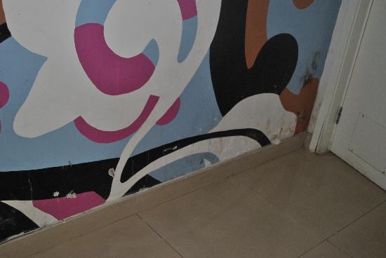 Tang Yue Hotel: 斑驳的墙壁
