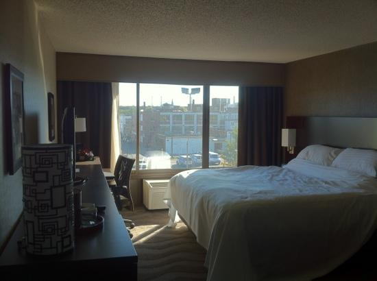 Holiday Inn Boston-Bunker Hill: 窗外很吵