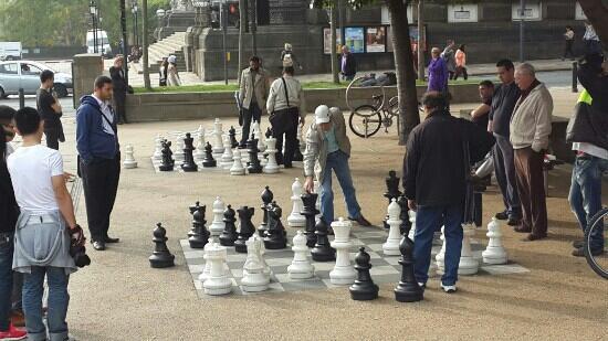 Leeds Town Hall: 广场一侧的国际象棋