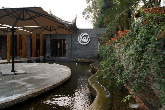 Phoenix Lake Impression Emei Hotel: 大厅外景观