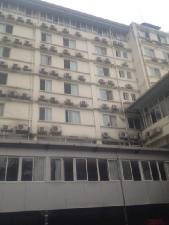Kaiyue Business Hotel: 后院,可停车