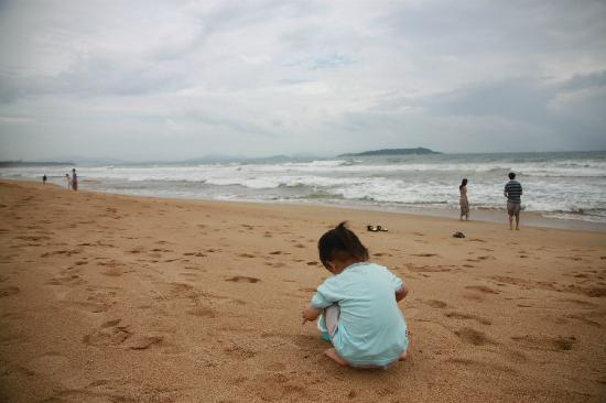 Haitang Bay Gloria Resort Sanya: 沙滩海浪很大