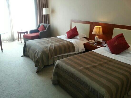 Suzhou Xi'an Jiaotong-Liverpool International Conference Center: 有学校徽标的靠枕