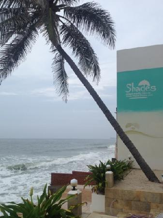 Shades Resort: 酒店面对大海