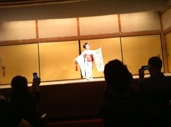 Gion Kobu Kaburenjo Theater: 花见小路中间