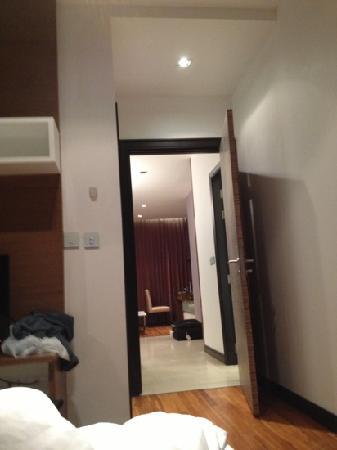 The Vertical Suite: 从房间望到客厅