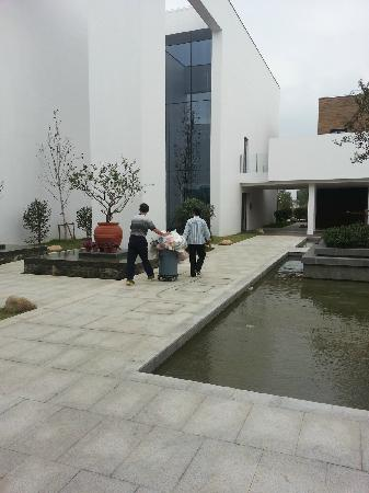 Citic Pacific Zhujiajiao Jin Jiang Hotel: 未着制服的PA,穿梭于客房区域