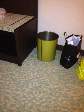 Asia Hotel Bangkok: 不带塑料袋的铁皮垃圾桶