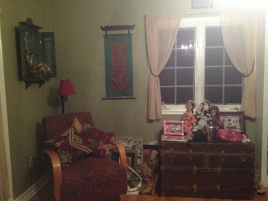 Elaine's Hollywood Bed and Breakfast : Living room