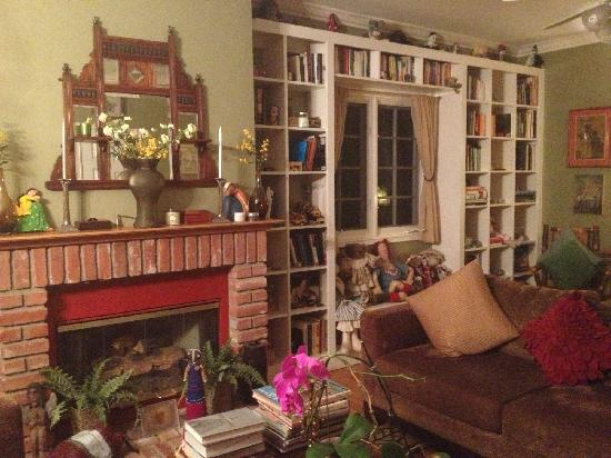 Elaine's Hollywood Bed and Breakfast: Living room
