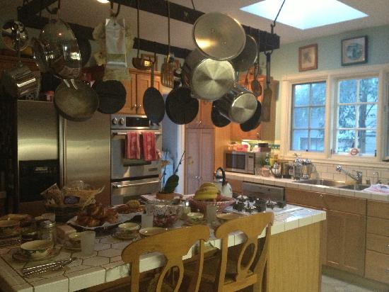 Elaine's Hollywood Bed and Breakfast: Kitchen