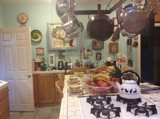 Elaine's Hollywood Bed and Breakfast: Kichen