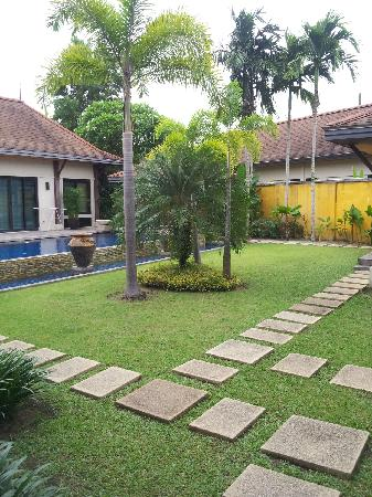 Two Villas Holiday, Oriental Style Layan Beach: Private garden