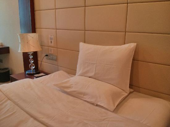 All Season Hotel Guangzhou DongShanKou: 床头