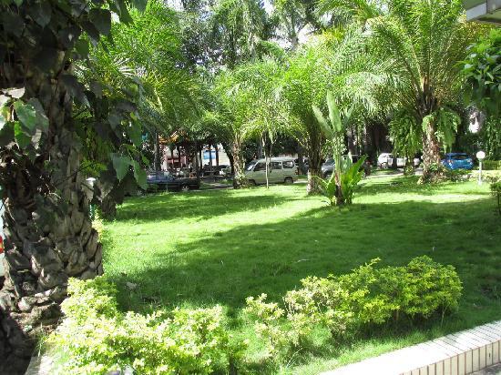 Jingyong Hotel: 花园停车场