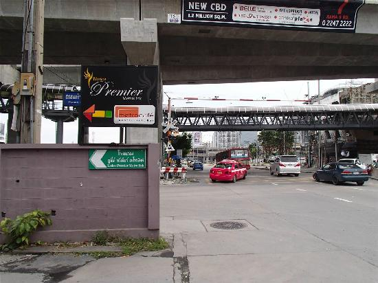 FX Hotel Metrolink Makkasan : 街道巷口指示