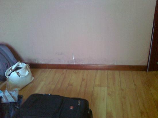 Bashidun Chengshi Hotel: 218元一晚的房间无行李台无甚至连张桌子都没,我们的行李放地上