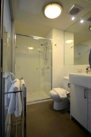 Fraser Place Melbourne: 洗手间及淋浴房